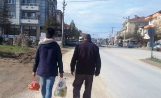 Meslek Lisesi öğrencileri yaşlıların Pazar çantasını taşıyor