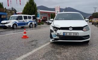 Milas'ta iki otomobil çarpıştı; 1 yaralı