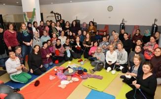 Muratpaşa'nın sporcu ev hanımlarından çocuklara atkı ve bere