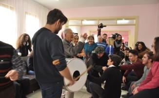 Öğrenciler Alzheimer hastalarıyla şarkı söyleyip dans etti