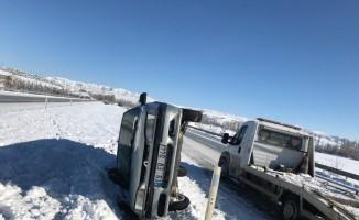 Otomobil bariyerlere çarparak devrildi