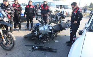Otomobil ile polis motosikleti çarpıştı