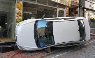 Otomobilin kaldırıma çıktığı kazada kendini yere atan yaya yaralandı