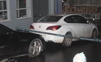 Rüzgar nedeniyle elektrik direği lüks otomobilin üstüne devrildi
