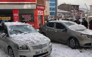 Sarıkamış'ta çatıdan düşen kar kütlesi araçlara zarar verdi