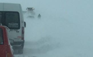Sivas'ta yolda mahsur kalan öğrenci servisi kurtarıldı
