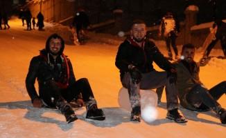 Sokağı kayak merkezine çevirdiler
