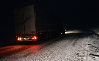 Tendürek Geçidi'nde buzlanma ve tipi ulaşımı aksatıyor