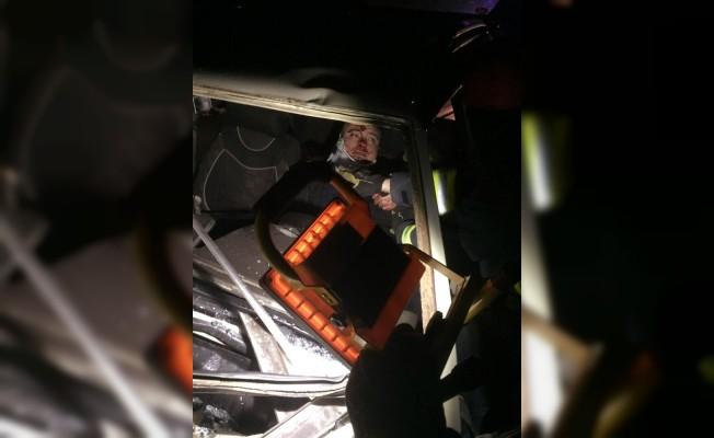 Tıra çarpıp araçta sıkışan yaralı sürücüyü itfaiye kurtardı