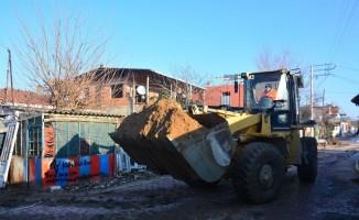 Torbalı'da çamur deryasına dönen mahalleler temizleniyor