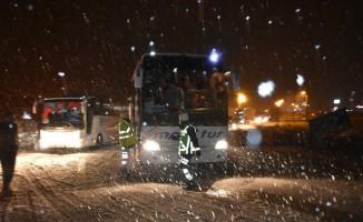 Tosya D-100 karayolu yoğun kar yağışı nedeniyle trafiğe kapatıldı