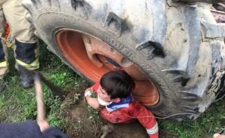 Traktörün tekerinde sıkışan çocuğu AKS ekipleri kurtardı