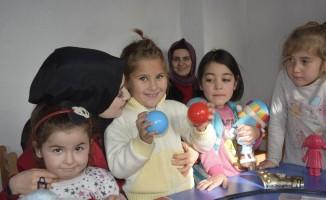 Üniversiteli öğrenciler köy okulundaki çocukları oyuncakla buluşturdu