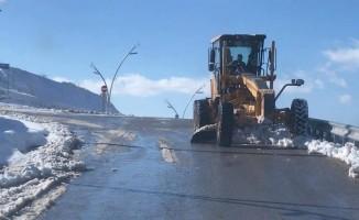 Uşak Belediyesi'nin karla mücadelesi sürüyor