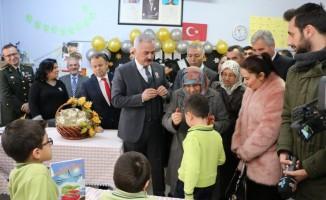 Vali Seymenoğlu şehit annesi ile karne dağıttı