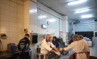 Yaşlı ve engelli vatandaşlara dağıtılan sıcak yemeğe sıkı denetim