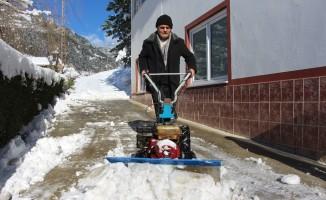 Yazın ot biçtikleri makine ile kışın kar temizliyorlar