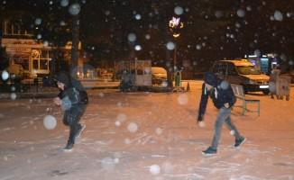 Yoğun kar yağışı vatandaşlara eğlenceli dakikalar yaşattı