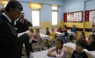 Zonguldak'ta öğrencilerin karnelerini Vali dağıttı