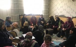 AK Partili kadınlar ev ziyaretleri yapıyor