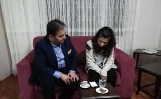 Başkan adayı, Skolyoz hastası genç kız ile Gesi Bağları türküsünü söyledi