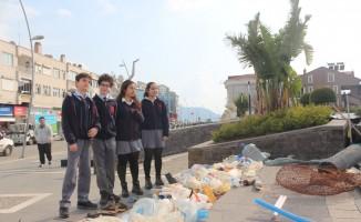 Doğada topladıkları atıkları kent merkezinde sergilediler