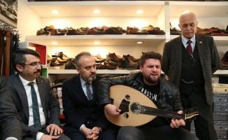 Esnaf ziyaretinde Aktaş'a mini konser