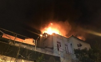 Fatih'te 3 katlı binanın çatısı alev alev yandı