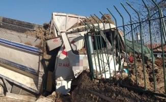 Freni patlayan hafriyat kamyonu, türbenin duvarına çarptı