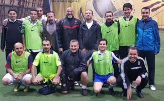 Gazetecilerle eski futbolcular arasında dostluk maçı