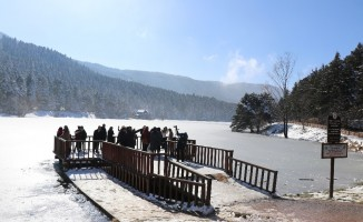 Güneşli havada tatilciler Gölcük Tabiat Parkı'na akın etti