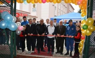 İlkokul Bahçesine halı saha açıldı