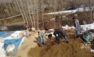 Kardan yıkılan ahırdaki hayvanlar son anda kurtarıldı