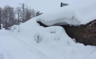 Karlıova'da kar tepeleri, evlerin boyuna ulaştı