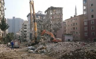 Kartal'da riskli binanın yıkımına devam ediliyor