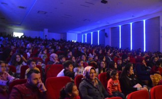 Kastamonu'daki çocuklar aileleriyle birlikte tiyatronun tadını çıkarıyor
