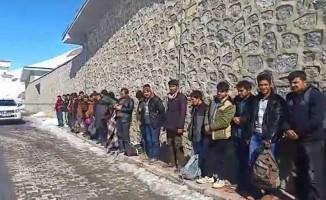 Koltukları sökülen minibüsten 41 kaçak göçmen çıktı