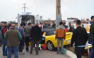 Kontrolden çıkan otomobil direğe çarptı: 2 yaralı