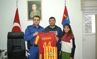 Malatyalı Komutana Evkur Yeni Malatyaspor forması sürprizi