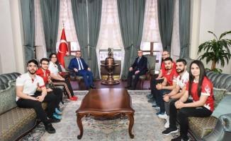 Mille sporcular Vali Soytürk'ü ziyaret etti