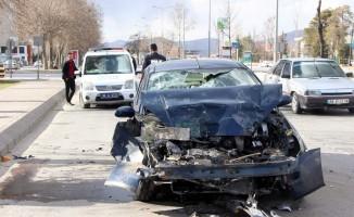 Otomobil halk otobüsüne arkadan çarptı: 3 yaralı