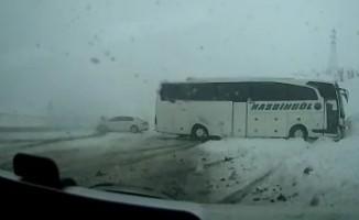 Otomobil ile otobüsün çarpışma anı kamerada