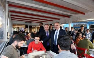 Vali Karaloğlu, üniversite öğrencilerinin çayını içti