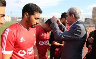 Viranşehir Sanayi Spor'un kupasını Başkan Demirkol verdi