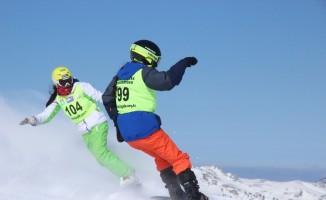 Yıldız Dağı'nda snowboard yarışları nefes kesti