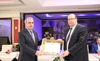 Başkan Serbes ve protokol, 20 seneyi dolduran esnafa plaket verdi