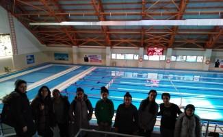 Öğrenciler yüzme tekniklerini öğreniyor