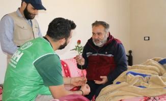 Suriye'de çocuklarına kaybeden anne babalara Yaşlılar Haftası'nda gül hediyesi