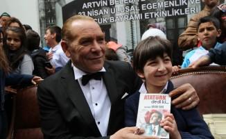 Atatürk'e benzeyen tiyatro sanatçısını Artvin'de yoğun ilgi