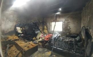 Çukurca'da yıldırımın isabet ettiği ev alev alev yandı